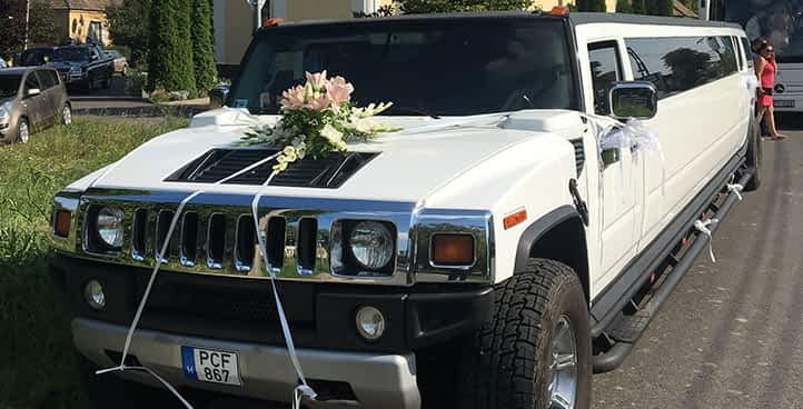 Hummer limuzin feldiszítve esküvőre