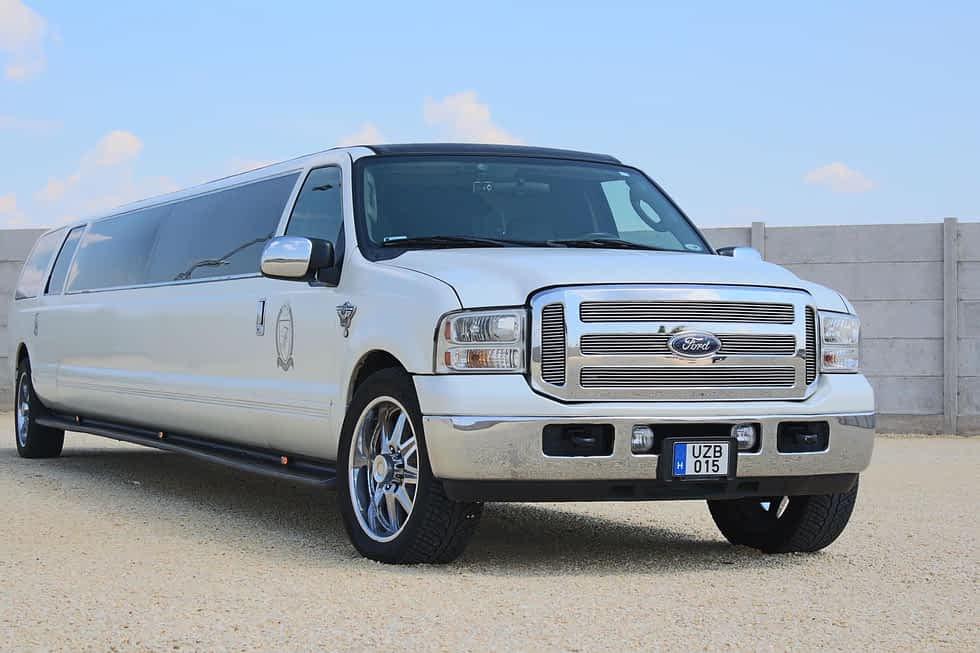 Elegáns, fehér Ford limuzin